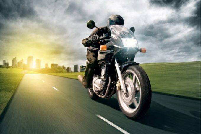 4-claves-para-elegir-y-contratar-un-buen-seguro-de-moto-696x463